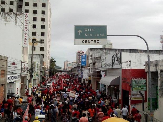 Manifestantes seguem em passeata pelas ruas do Centro de Aracaju (Foto: Flávio Antunes/G1)