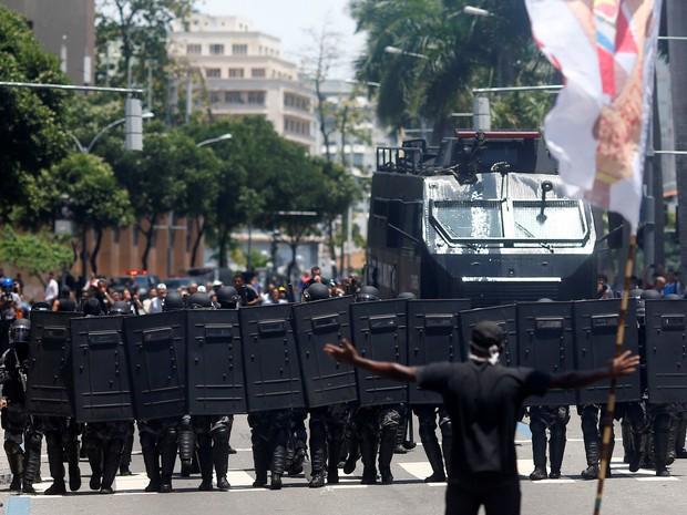 Um manifestante abre os braços em frente a um grupo de policiais durante protesto contra o pacote de austeridade apresentado pelo Governo do Rio de Janeiro em frente à Assembleia Legislativa do Rio (Alerj) (Foto: Ricardo Moraes/Reuters)