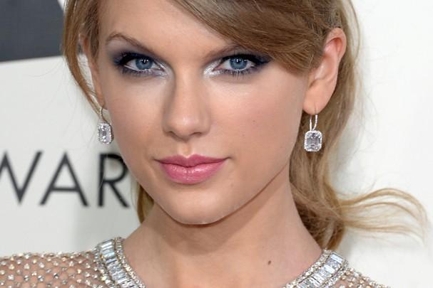 Taylor Swift usou o lápis como base pra um make metalizado (Foto: Getty Images)