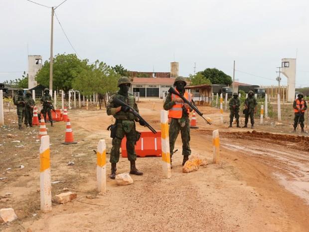 Antes de iniciar a 'varredura', fuzileiros navais montaram guarda na frente da Cadeia Pública de Mossoró (Foto: Marcelino Neto/O Câmera)