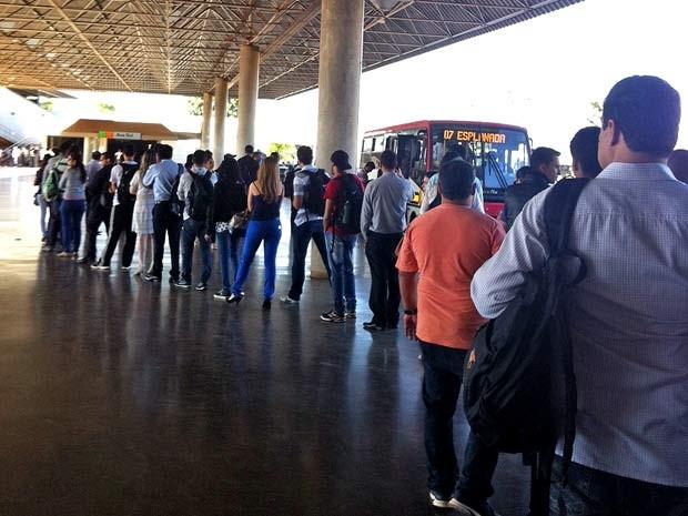 Passageiros fazem fila para pegar ônibus na Estação Asa Sul, em Brasília, após pane elétrica no metrô (Foto: Grazielle Raiane/G1)