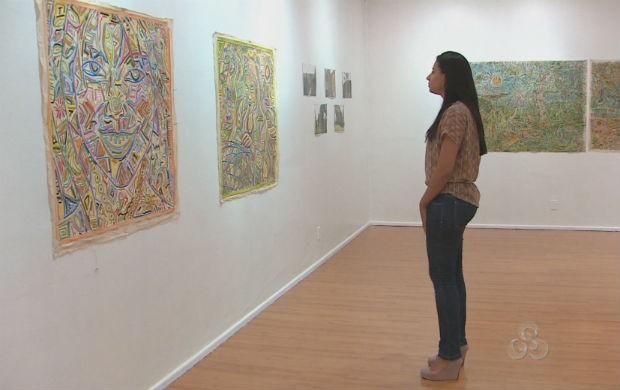 Estudante visitando a exposição de arte. (Foto: Reprodução/TV Amapá)