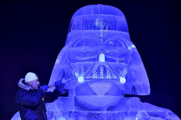 Húngaro Zsolt Toth faz últimos ajustes em escultura de  Darth Vader (Foto: Eric Vidal/Reuters)
