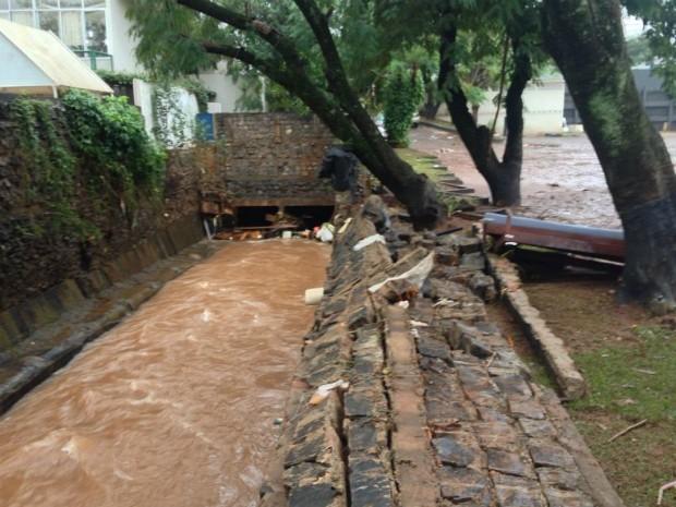 Rio Boicy transbordou e derrubou muro de hotel em Foz do Iguaçu  (Foto: Caio Vasques / RPC TV)