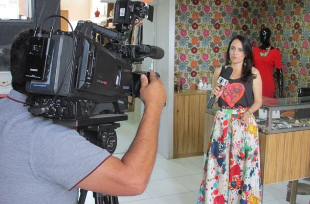 Neyara Pinheiro grava o quadro tá na moda com look especial. (Foto: André Santos/TV Clube)