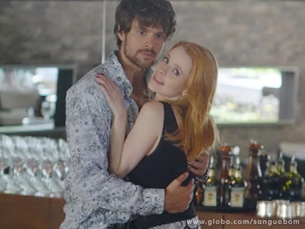 Lara assume noivado com Manolo para imprensa. Será que cola? (Foto: Sangue Bom/TV Globo)