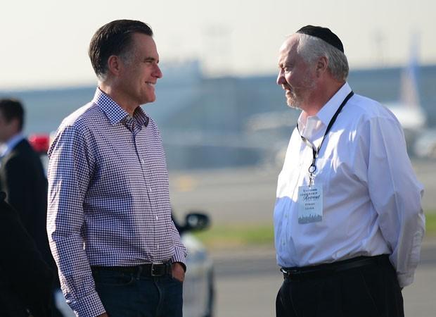Romney fala com o empresário Edward Czuker no aeroporto de Newark, em Nova Jersey, nesta quinta-feira (18)  (Foto:  Emmanuel Dunand/AFP)