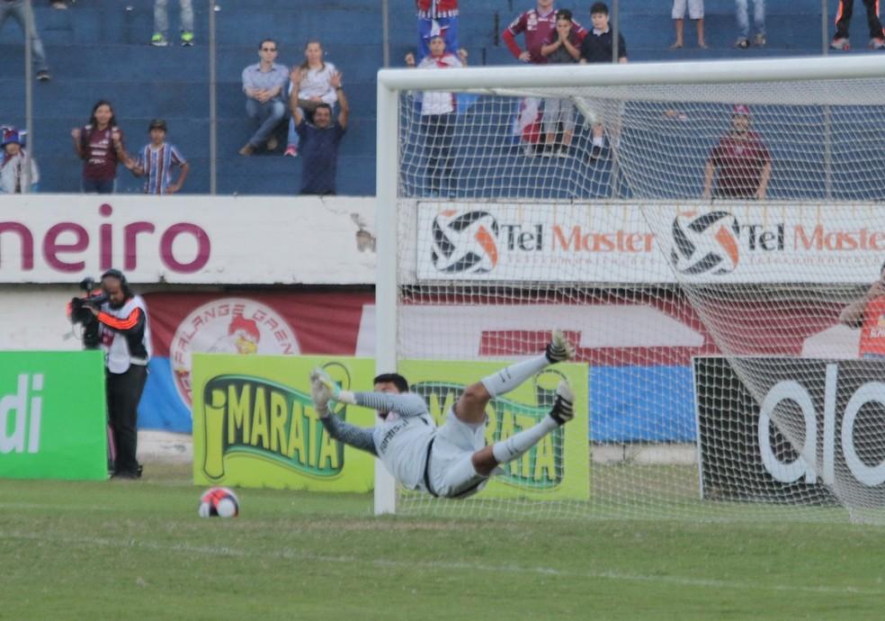 Keiller vira herói ao defender dois pênaltis contra o Caxias (Foto: Diego Guichard/GloboEsporte.com)