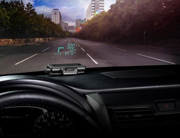 GPS HUD apresenta imagens no para-brisa do carro com a intenção de manter a atenção do motorista na estrada e no trânsito (Foto: Divulgação/Garmin)