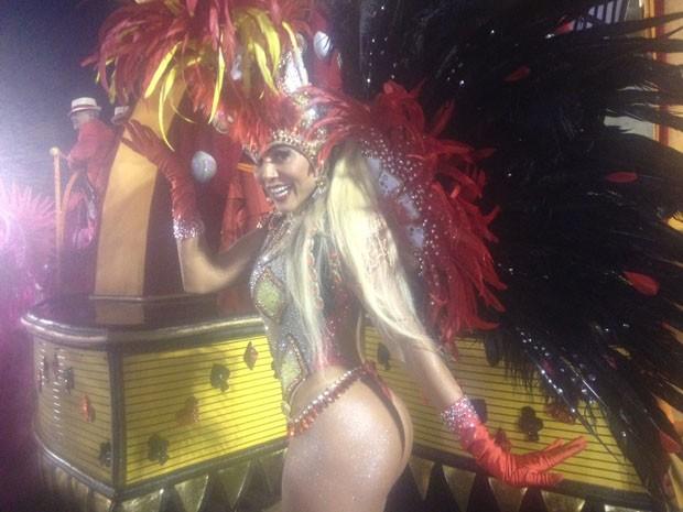 Fabiana posa para foto antes de desfile da Tom Maior (Foto: Ana Paula Okumura/G1)