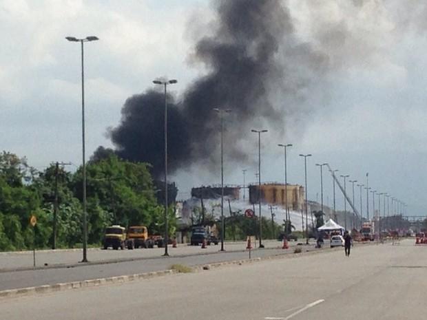 Fumaça continua saindo dos tanques de combustíveis (Foto: Guilherme Lucio / G1)