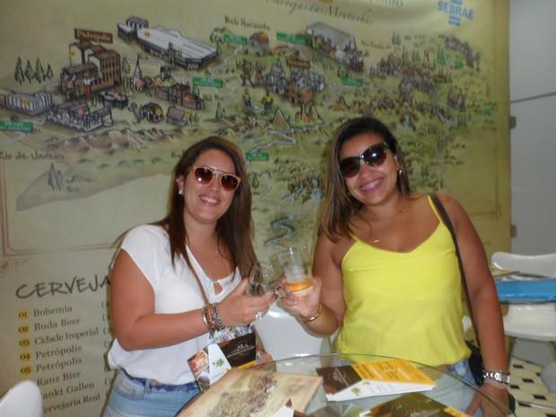 As amigas Ana Dantas e Laís Alves experimentando a 'Cerveja das Montanhas' na sua versão de primavera. Elas foram só elogios à cerveja da Rota. (Foto: Divulgação / AC Assessoria)