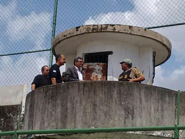 Promotor Marcellus Ugiette faz vistoria no Complexo do Curado (Foto: Everaldo Silva/TV Globo)