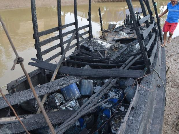 Estrutura foi totalmente destruída após incêndio em barco, em Macapá (Foto: John Pacheco/G1)