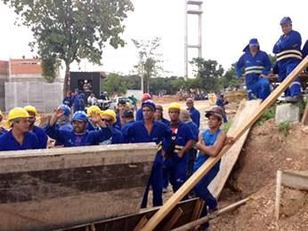 Paralisação nas obras do COT em Cuiabá (Foto: Marcos Landim/TVCA)