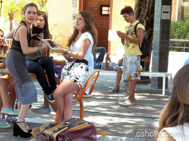 A loirinha tenta tirar o aparelho de todo mundo (Foto: Malhação / TV Globo)