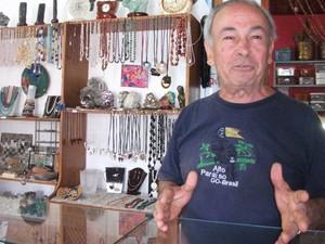 Jorge Ferraz Filhos é evangélico e possui uma loja de pedrarias em Alto Paraíso de Goiás (Foto: Elisângela Nascimento/G1)
