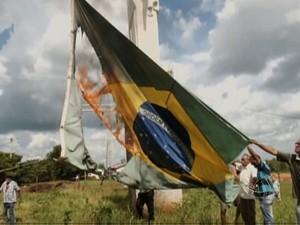 Produtores ateiam fogo à bandeira nacional como protesto contra desocupação de Marãiwatsédé (Foto: Reprodução/TVCA)