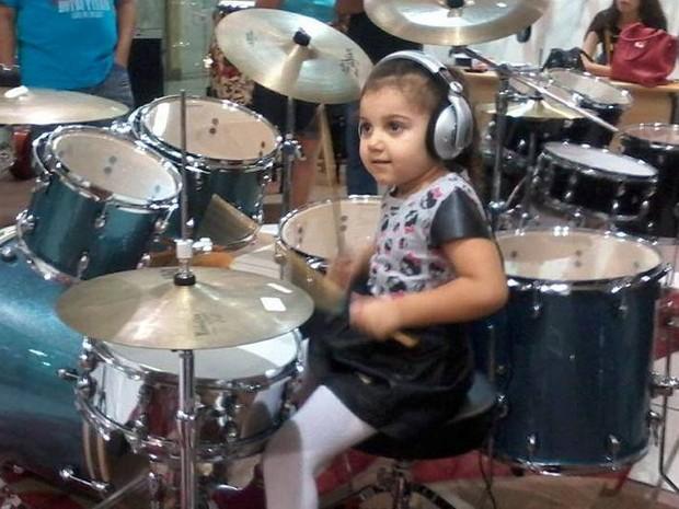 Aos 4 anos, Eduarda toca rock, reggae e outros estilos musicais na bateria (Foto: Arquivo Pessoal/Divulgação)