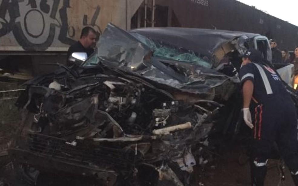 Motorista de caminhonete se feriu ao bater contra trem de ferro (Foto: Arquivo pessoal/ Correspondente Vianopolino)