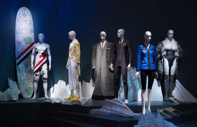 From left: Thom Browne singlet and surfboard; Thom Browne man's suit; Thom Browne oversized wetsuit ensemble; Thom Browne trompe l'oeil wetsuit - all Spring/Summer 2017 and all lent by Thom Browne. Karl Lagerfeld for Chanel, sequin jacket, Spring/Summer 1 (Foto: © THE MUSEUM AT FIT)