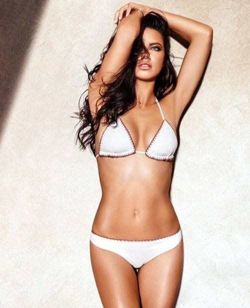 Adriana Lima exibe as curvas de angel em campanha de beachwear (Foto: Divulgação)