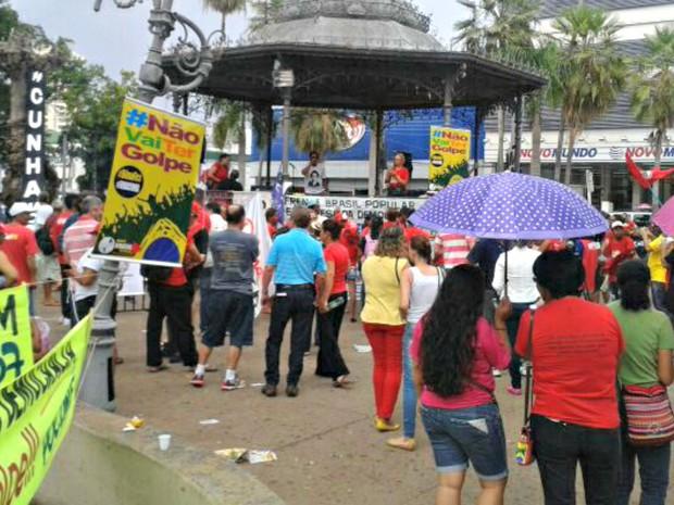 Manifestantes participaram de ato na Praça Ipiranga, em Cuiabá (Foto: Renê Dióz/ G1)