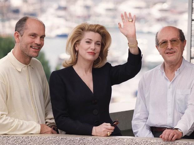 A lado dos ator americano John Malkovich e da atriz francesa Catherine Deneuve, o diretor português Manoel de Oliveira (dir.) posa na apresentação de seu filme 'O Convento' em maio de 1995 durante o Festival de Cannes, na França (Foto: Patrick Hertzog/AFP/Arquivo)