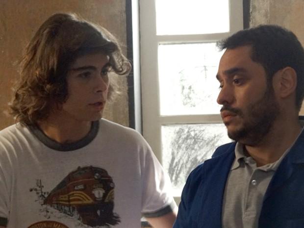 Pra abrir a porta do ap, Pedro pede ajuda para um chaveiro (Foto: Helcio Neto / Gshow)