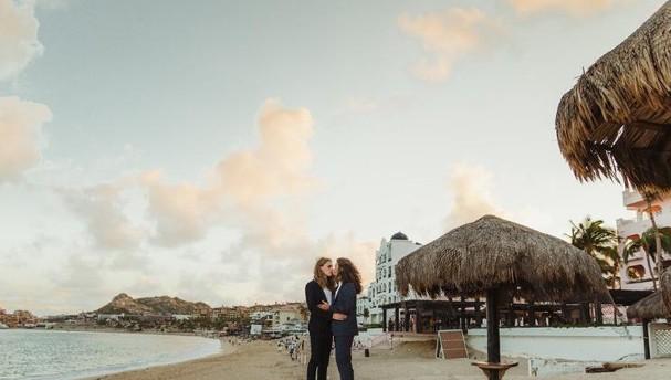 Fotos de casamento viralizam por conta dos cabelos dos noivos (Foto: Reprodução/twitter)