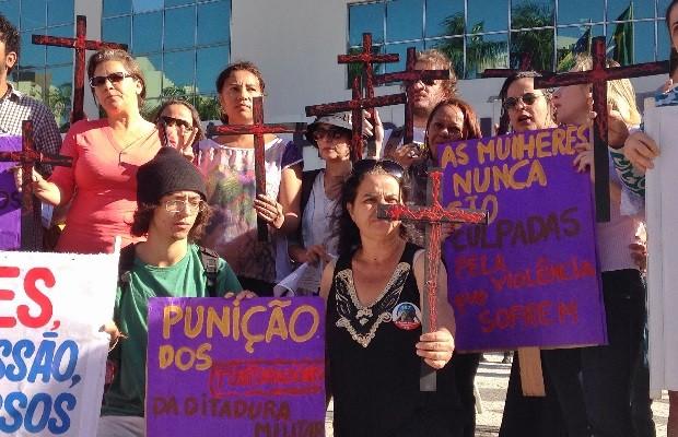 Grupo faz manifestação contra assassinatos de mulheres em Goiânia, Goiás (Foto: Luísa Gomes/G1)
