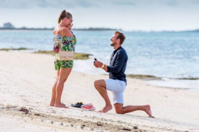 """BLOG: Harry Kane pede noiva em casamento na praia e comemora: """"Ela disse sim"""""""