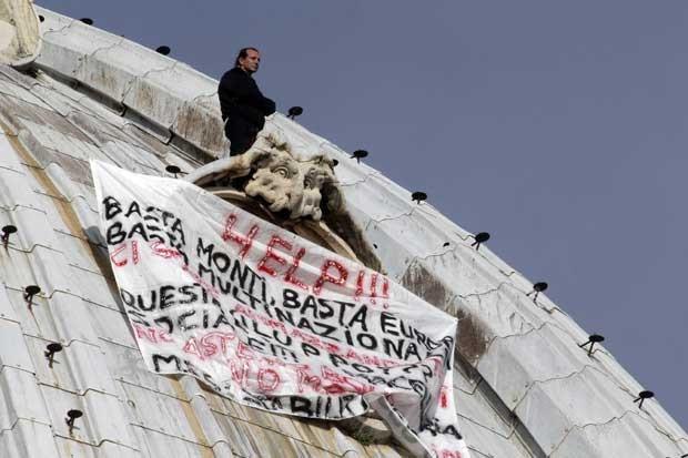 Marcello di Finizio protesta a 130 m de altura (Foto: AP)