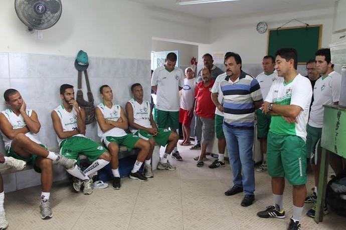 Sérgio China tem o primeiro contato com o grupo do Salgueiro (Foto: Emerson Rocha)