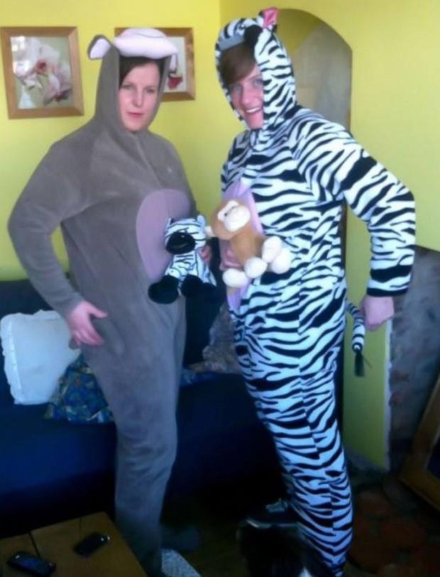 Fantasiadas de macaco e zebra, as oficiais Tracy Griffin e Terri Cave foram condecoradas ao deterem um criminoso em um supermercado, a caminho de uma festa à fantasia (Foto: Reprodução/Facebook/Solihull Police)