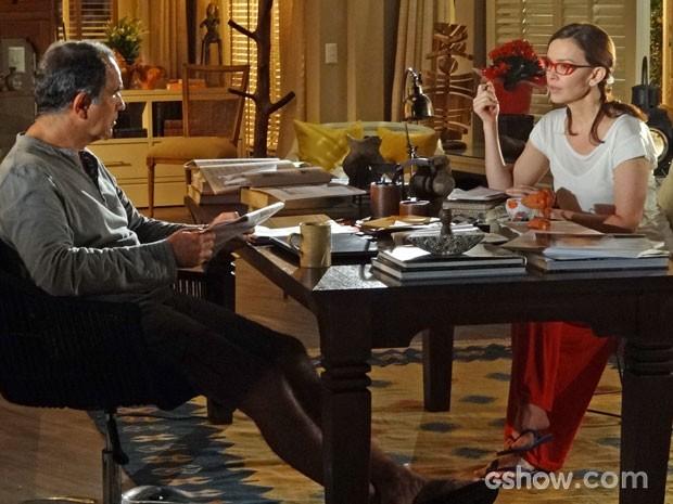 Helena não gosta nada de saber que Laerte está de volta (Foto: Em Família / TV Globo)