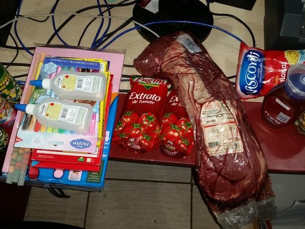 Material apreendido com duas jovens suspeitas de furto a comércio (Foto: Toni Francis/G1)