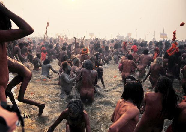 Nus, os chamados homens bons hindus (sadhus) dão início ao ritual do banho espiritual no encontro dos rios em Allahabad (Foto: Sanjay Kanojia/AFP)