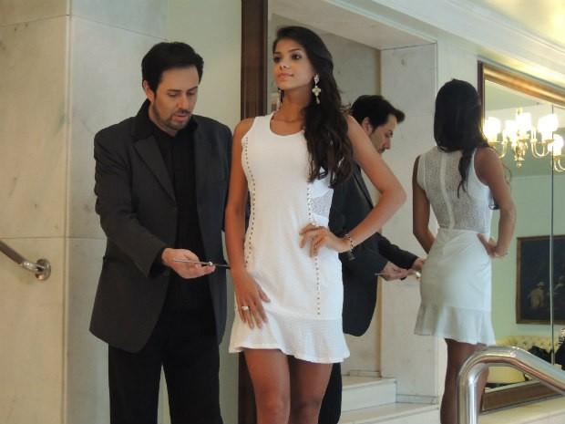 Evandro e Jakelyne improvisam aula de postura e passarela no hotel (Foto: Tatiana Lopes/G1)