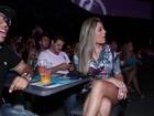 De vestido curtinho, ex-BBB Monique exibe pernas em primeira fila de show