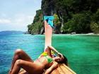 De biquíni, Sheron Menezzes faz passeio de barco na Tailândia