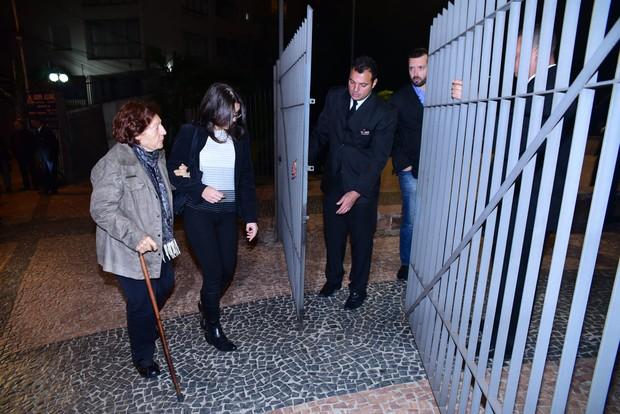 Amigos e parentes são identificados na entrada da igreja (Foto: Leo Franco / EGO)