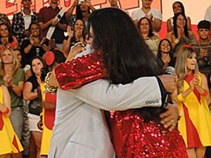 Regina Casé abraça seu amigo Zeca Pagodinho (Foto: Esquenta! / TV Globo)