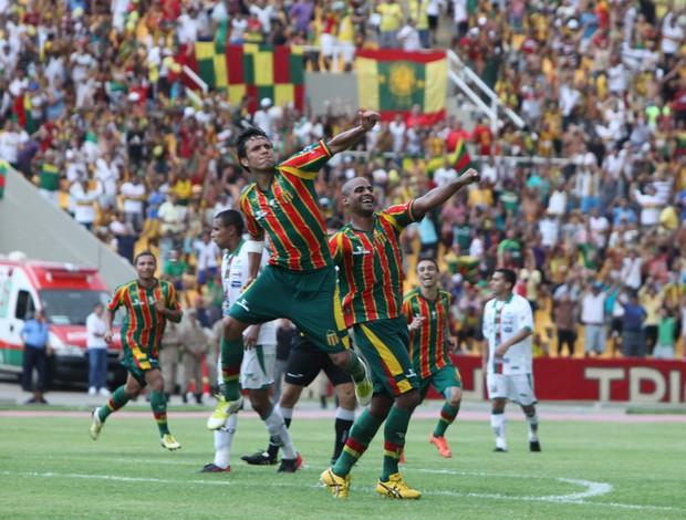 Eloir comemora gols sobre o Baraúnas (Foto: Biaman Prado/O Estado)