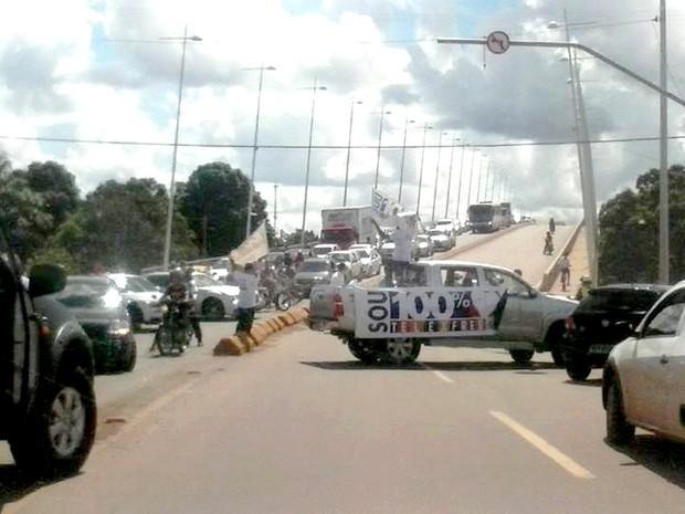 Telexfree protesto ponte fechada (Foto: Thayrine Mello / Arquivo Pessoal)