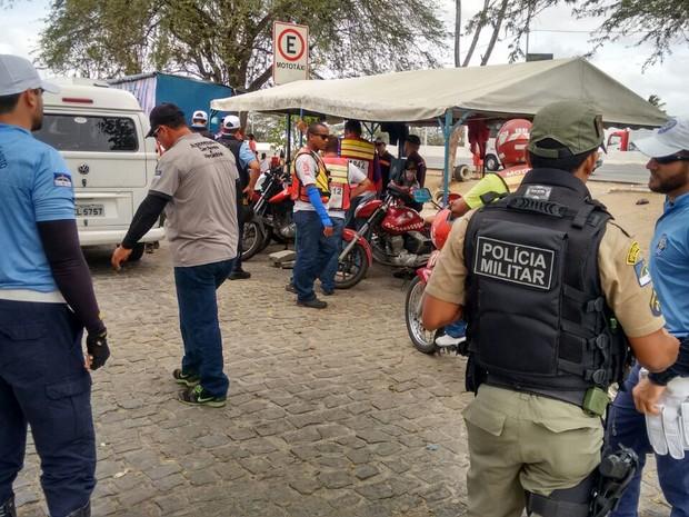 Operação da Destra e PM visa coibir mototaxistas clandestinos  (Foto: Mavian Barbosa/G1 Caruaru )