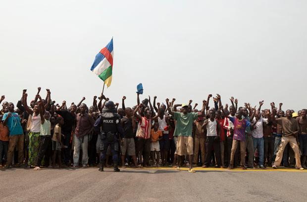 Deslocados internos protestam contra o governo da República Centro-Africana nesta terça-feira (31) na capital, Bangui (Foto: AP)