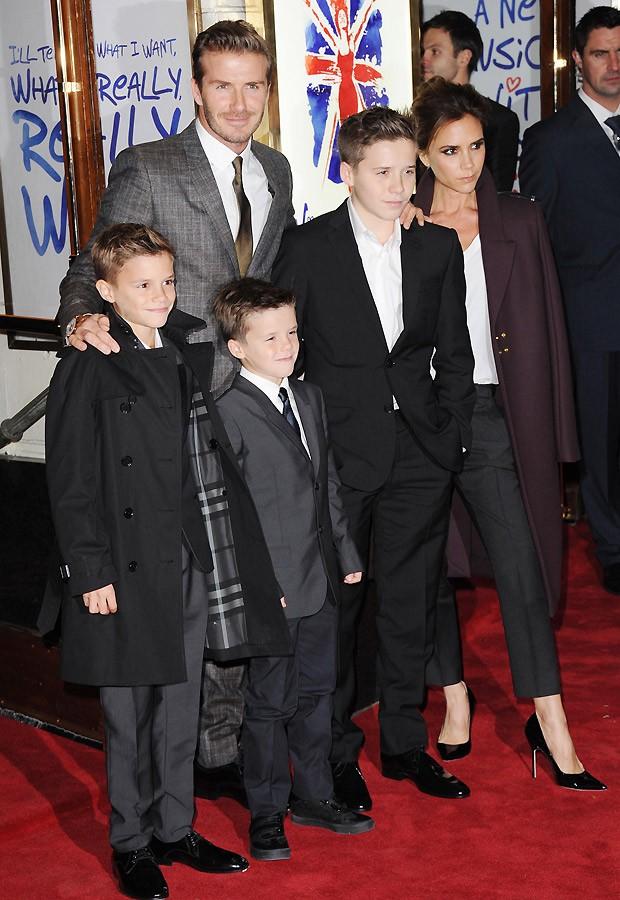 Victoria evitou foto com suas ex-companheiras de grupo, mas posou (sempre séria) ao lado do marido, David Becham, e dos filhos (Foto: Getty Images)
