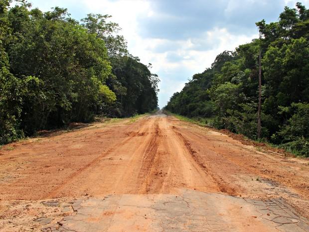 Trecho central da rodovia tem apenas pedaços da asfalto colocados há mais de 40 anos (Foto: Adneison Severiano/G1 AM)