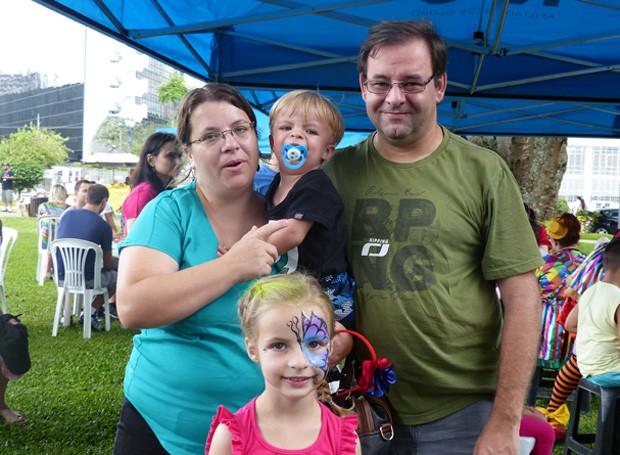 A garotinha Iris posa para a foto ao lado do irmão Bernado, da mãe Vanderlei e do pai Gustavo (Foto: Tk Santos/ RPC)